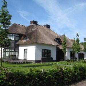 Klassieke villa met rieten kap