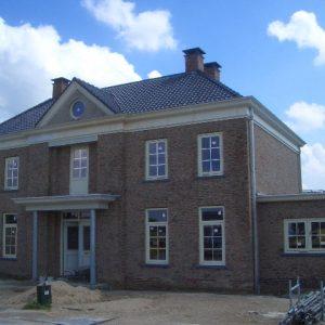 Luxe afgewerkt herenhuis geheel onderkelderd, variant op Burchtvilla Essenburgh.
